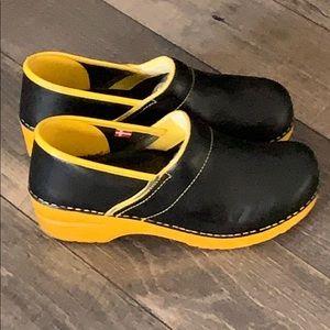 Authentic Sanita black leather clogs Sz 10 Euro 41